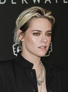 Kristen Stewart's Stylist Botched Her Hair Color on Purpose, and It Still Looks Damn Good Kristen Stewart Cheveux Courts, Kristen Stewart Short Hair, Kirsten Stewart, Kristen Stewart Hairstyles, Coupes Long Pixie, Pixie-cut Lang, Shave Her Head, Blonde Pixie Cuts, Pixie Hairstyles