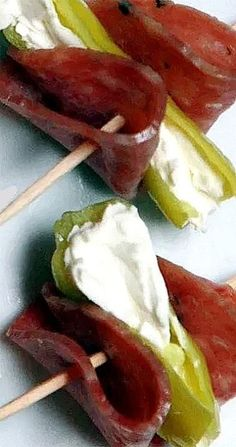 Healthy Snacks Pepperoncinis with Cream Cheese and Salami A big hit at parties. - This easy appetizer recipe is a crowd pleaser at any party - pepperoncinis with cream cheese and salami. And it's low carb too! Finger Food Appetizers, Yummy Appetizers, Appetizers For Party, Appetizer Recipes, Appetizer Ideas, Easiest Appetizers, Salami Appetizer, Salami Recipes, Snacks Für Party