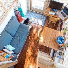 Tiny Project: удобный интерьер маленького деревянного дома, построенного энтузиастом