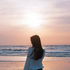 A lonely girl Ft Tumblr, Tumblr Girls, Korean Aesthetic, Aesthetic Girl, Aesthetic Grunge, Yoon Ara, Beach Poses, Korean Ulzzang, Uzzlang Girl