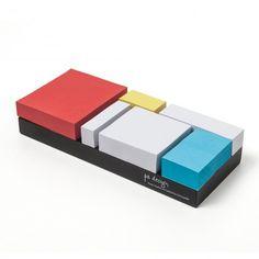 Ein Set selbstklebender Notizzettel in Anlehnung an die Kompositionen von Mondrian. Sie können die Größe der Zettel der Wichtigkeit ihrer Notizen anpassen und so auf ihrem Schreibtisch ein kleines Kunstwerk des großen Meisters nachahmen. 200 Seiten pro Block