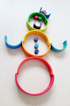 Clown / Snowman Stacking with #grimmsrainbow; one of the more than 100 ideas and examples with this open end play toys - Mamaliefde.nl