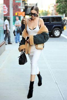 Gigi Hadid in Victoria Beckham, scarpe Stuart Weitzman