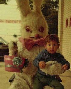 Terrore puro. Queste foto con conigli pasquali d'epoca avranno traumatizzato questi bambini.  #easter #pasqua