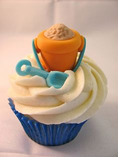 Shovel and Pail cupcake topper from zoeycakes.com