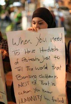 Cuando cientos de protestantes piden al mundo que se bombardee niños, es cuando sabes que la humanidad ha fallado #GazaUnderAttack