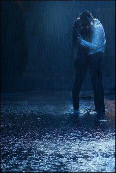 kiss me under the rain Romantic Couples Photography, Rain Photography, Couple Photography, Love Rain, Kissing In The Rain, Dancing In The Rain, Rain Dance, Couple In Rain, Foto Gif