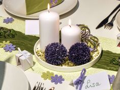 Kerzenteller mit weißen Stumpenkerzen und Allium-Blüten