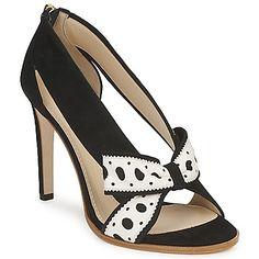 ¿Cómo resistirse a estos zapatos de tacón Delos Esca, tesoro firmado por Moschino. La combinación del corte en piel y de su color negro convierte este modelo en un indispensable. La marca crea este calzado con un forro en cuero y en una plantilla cuero. #moshino #moda #spartoo #zapatostacon #fiesta   http://www.spartoo.es/Moschino-DELOS-ESCA-x190785.php