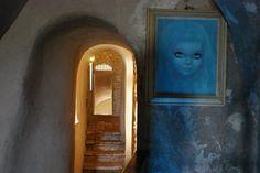 Il castello di Montebello si trova a Rimini, in Emilia Romagna nella valle del Marecchia e dell'Uso, dove arte, storia e natura si fondono armoniosamente. La vera protagonista di questo castello è Azzurrina, una bambina albina scomparsa improvvisamente che, allo scadere del solstizio estivo, tornerebbe a farsi sentire