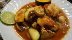 Auf der Suche nach einem exotischen Hähnchen Curry? Diese Variante haben wir mit Zimt verfeinert ➤ Mit Zucchini und Champignons ➤ Jetzt ausprobieren.