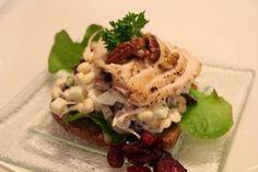 Pähkinäinen salaatti on mukavaa pureskeltavaa kananrintafileen ja maalaisruislimpun kanssa. Chicken, Meat, Food, Eten, Meals, Cubs, Kai, Diet