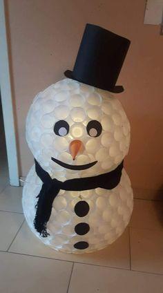basteln sie einen schneemann aus wei en plastikbechern weihnachten winter pinterest. Black Bedroom Furniture Sets. Home Design Ideas