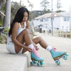 Check Out These Amazing Images Of Roller Skating Girls Retro Roller Skates, Roller Skate Shoes, Quad Roller Skates, Outdoor Roller Skates, Roller Derby Girls, Foto Tablet, Roller Skating Pictures, Girls Skate, Rollers