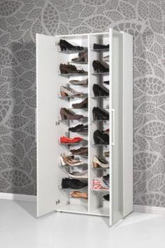 Dieser Schuhschrank ist sowohl Eyecatcher als auch Stauraumwunder. Dank der individuell positionierbaren L-Drahtschuhböden bietet dieser Schrank Platz für 28 Paar Schuhe.