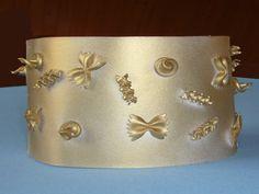 couronne avec des pâtes... à faire couleur or ou argent et pour plus d'effet, découper le bord supérieur en pointes