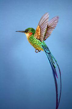 Levensgrote handgeschept papier en hars Hummingbird beeldhouwkunst