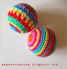 2000 Free Amigurumi Patterns: Colorful Christmas Baubles: free crochet pattern