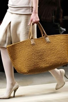 Women& Handbags & Bags: Bottega Veneta Fashion Show Det .- Damen Handtaschen & Taschen: Bottega Veneta Fashion Show Details Women& Handbags & Bags: Bottega Veneta Fashion Show Details - Fashion Handbags, Fashion Bags, Women's Handbags, Fall Fashion, My Bags, Purses And Bags, Basket Bag, Knitted Bags, Crochet Bags