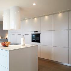 Indbygningsovn centreret. Blikfang med funktion i køkkenet.