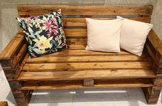 Sofá de pallet. Madeira maciça(pinus), envernizada no tom imbuia. #sofadepallet #sofa #marcenaria #moveisrusticos #madeira #instadecor #instadesign #curitibadecor #decoration #decor #artesanal #instahome #palletfurniture #woodpallet
