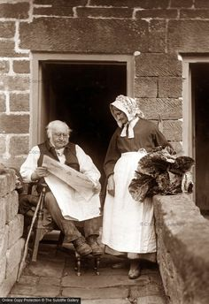 Victorian couple look very comfortable together in their very small backyard. Even though lived through some tough times, I hope they had a happy life. Vintage Pictures, Old Pictures, Vintage Images, Old Photos, Victorian London, Victorian Photos, Victorian Village, Victorian Era, Victorian Photography