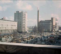 links de C&A en de HBU. Verderop zien we natuurlijk de oude Bijenkorf, naar een ontwerp van Dudok. Na het bombardement was van de oude Bijenkorf nog zo'n eenderde deel over. Het pand werd in 1960 op last van de gemeente gesloopt in verband met de aanleg van de Westblaak en de metroverbinding naar Rotterdam-Zuid. De foto is gemaakt aan het einde van de jaren vijftig. foto : Den Butter Rotterdam, Paradise On Earth, Eindhoven, Most Beautiful Cities, New Pictures, San Francisco Skyline, Netherlands, Holland, Dutch
