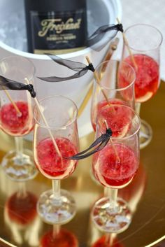 Champagne Royal #drinks #alcohol #champagne #royal #cocktail #wine #raspberry