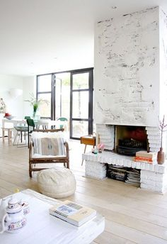 White and airy living room. Via Stardust o sequins