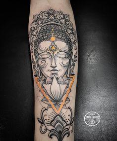 Tatuagem criada por Kadu Tattoo do Espírito Santo.  Budha com traços em neo tradicional.