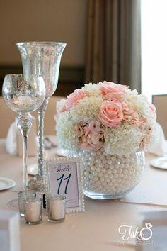 arranjo - vaso - flores -  Diy - Existe algo mais romântico, tradicional e eterno do que pérolas? Elas têm uma versatilidade incrível! Decoração com Pérolas - pearls - faça você mesmo - #decor #decorar #diy #perolas #pearls #home @pitacoseachados