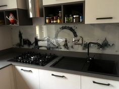 Schienale cucina in vetro extra chiaro retro laccato con decoro digitale in quadrcromia