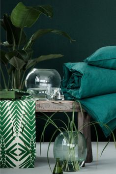 H&M HOME : un style Urban Jungle pour le printemps - Marie Claire Maison Alongside crisp white bed linen, these jewelled colours would be beautiful! Interior Tropical, Deco Jungle, Deco Nature, Tropical Style, Interior Decorating, Interior Design, Green Rooms, Blog Deco, Vintage Stil