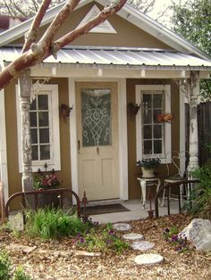 Lovely shed, I like the use of bed frame for fencing. Awesome..