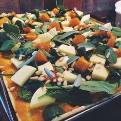 Pumpkin, Sage and Mozzarella Pizza. Veggie Recipes, New Recipes, Night Shift, Light Recipes, Nutritious Meals, Mozzarella, Sage, Delish, Clean Eating