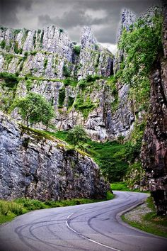 Cheddar Gorge in Somerset, England 16 Places You'll Hardly Believe Are In The United Kingdom Places To Travel, Places To See, Scary Places, Cheddar Gorge, England And Scotland, Somerset England, London England, Oxford England, Cornwall England