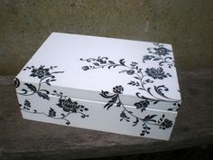 White & black Painted Wooden Boxes, Decoupage Box, Diy Crafts For Gifts, Altered Boxes, Bottle Painting, Diy Box, Keepsake Boxes, Box Design, Painting On Wood