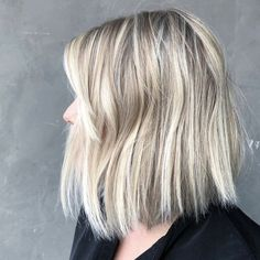 20 Stunning Examples of Summer Hair Highlights to Swoon Over Right Now Ice Blonde Hair, Honey Blonde Hair Color, Strawberry Blonde Hair Color, Blonde Hair Shades, Blonde Color, Blonde Roots, Ashy Blonde, Dark Roots, Beautiful Blonde Hair