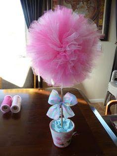 Haz un bello topiario de tul que puedes usar como centro de mesa de tu próxima fiesta. Debido a que la textura del tul es suave y esponjosa,...