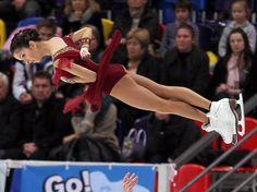 Vera Basarowa wird beim Eiskunstlauf-Grandprix in Moskau von ihrem Partner Juri Larionow in die Luft geworfen, doch die Russin wird weich landen - denn Larionow empfängt sie mit offenen Armen. (Foto: Sergei Ilnitsky/dpa)