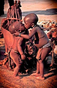 This photo was taken in Namibia. © JORDI llibre blanch And if you look at he older brother's hand you will see a brick of milk, and he was feeding his younger brother, swallow by swallow (Facebook: Africa mi tierra)