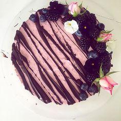 #cakedecorating #flowers #roses #baking #raspberry #chocolate #banana #delicious 🌸🌹🌸🌹🌸