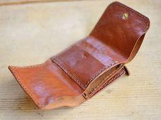 コンパクトサイズの財布でありながら小銭、お札、カード類をまとめて収納できるミニレザーウォレットです。ポケットに入れても苦にならないサイズ感は使い勝手も良いです。【Organ/オルガン】