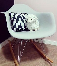 Cadeira de amamentação mais estilosa @byamendoas é nossa ALMOFADA POMPOM ZIG PRETO!  Aproveitem a promoção do #diadoindio 👉🏼15% OFF nas estampas ZIG PRETO e ZIG COLOR somente hoje! Almofada de R$49,70 por R$41,70 www.mooui.com.br