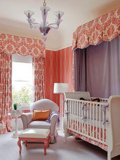Com móveis brancos, as cores ficam por conta das cortinas em tom coral e detalhes em lavanda.