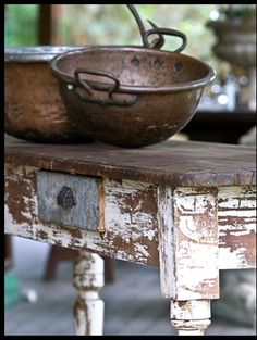 vintage copper preserving pans on rustic kitchen table Copper Pots, Copper And Brass, Antique Copper, Rustic Charm, Rustic Style, Country Style, Rustic French, Estilo Country, Zinn