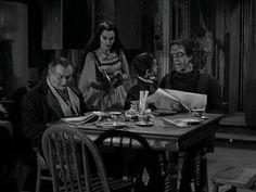 26 augustus 2012: Klein. Foto: Fred Gwynne als Herman Munster (vader, Monster van Frankenstein), Al Lewis als Grandpa (vampier), Yvonne De Carlo als Lily Munster (moeder, vampier) en Butch Patrick als zoon Eddie Munster (weerwolf) in de jaren '60 TV serie The Munsters waarin Eddys van school wil omdat zijn klasgenoten hem voor Kleintje uitschelden.