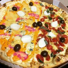 Todo dia é Dia de Pizza! 1/2 Pompéia  1/2 Veneza  Acesse o site www.acasadapizza.net e veja os ingredientes dessas deliciosas pizzas. (64) 3623.2000 #acasadapizzamelhorderioverde #ilovepizza