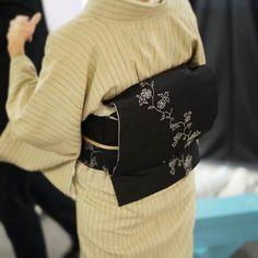 袋帯『総紗縫・黒』を使ったステキなコーディネートを見せて頂きました。黒地の帯には銀糸を使った一本の唐草が、静かに佇んでいます。#となみ織物 #着物コーディネート #となみ帯 #総紗縫 #kimono