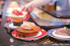 やっぱり、金沢はおいしい 第7回 金沢が誇る人気の回転寿司店5選 | 全国トップレベルのクオリティを誇る金沢の回転寿司。各店こだわりがあり、どの店も満足出来る寿司を提供してくれる。今回は、その中でも、石川県発祥で地元客にも観光客にも愛される5軒をご紹介します。 Asian Recipes, Sushi, Breakfast, Food, Design, Morning Coffee, Asian Food Recipes, Design Comics, Meals
